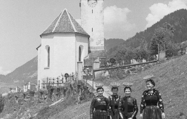 Trachtenträgerinnen in Schoppernau, (c) Sammlung Risch-Lau, Vorarlberger Landesbibliothek